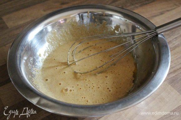 Желтки смешать с сахаром и ванилином в жаропрочной посуде. Сливочное масло растопить.