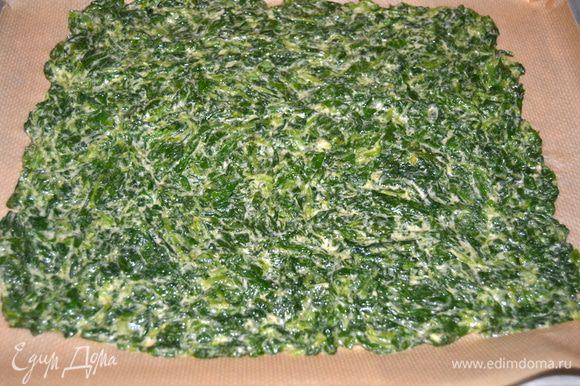 Противень застелить пекарской бумагой, выложить шпинатную массу. Разровнять и выпекать в разогретой до 180 гр.духовке в течении 15 минут.