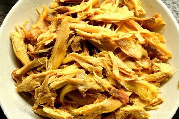 Вареную курицу порвать всю на кусочки... )))) Сделать это будет очень легко после такой продолжительной варки - мясо само будет отделяться от костей! Незадолго до готовности супа добавить в кастрюлю мясо курицы, порубленную петрушку, проверить суп на соль и перец...