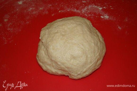 Замешиваем простое тесто, чтобы было мягким, но не липло к рукам.