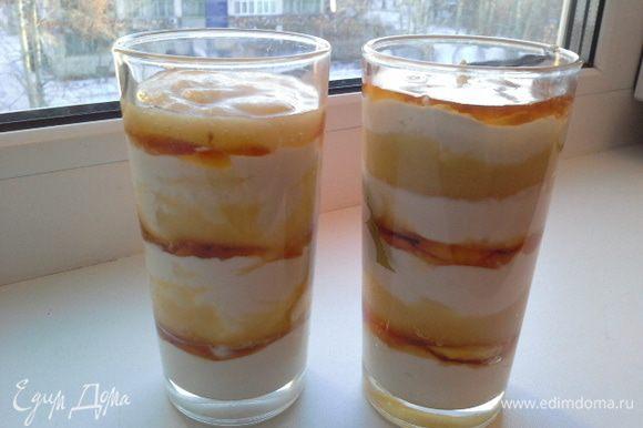 Начинаем выкладывать слоями, в каждый бокал кладем слой творог, 0, 5 ч.л меда, слой яблочного пюре. Опять слой творога, мед, слой грушевого пюре. Все готово. Приятного аппетита!