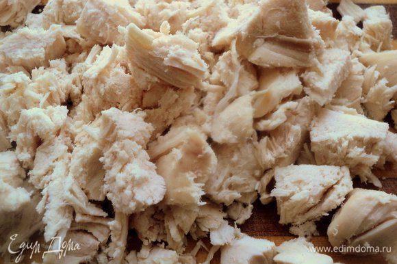 Вареное куриное филе порезать на кусочки.