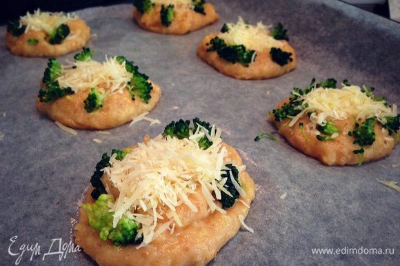 На противень выстеленный пекарской бумагой и смазанный маслом выкладываем ложкой небольшие лепешечки ,на каждую лепешку немного брокколи и горсточку сыра ....