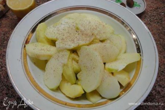 Яблоки очистить от кожицы и нарезать крупными ломтиками. Выдавите на них сок лимона, потом посыпьте мускатным орехом.