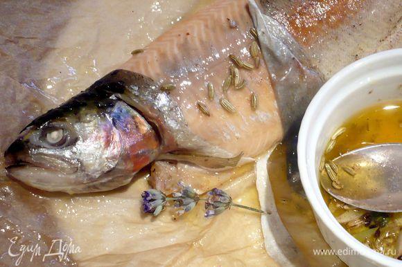 Рыбу достаем из духовки и, раскрыв конверт, подснимаем кожу и поливаем мякоть сверху нашим маслом. Подаем пряное масло вместе с рыбкой. Приятного аппетита!