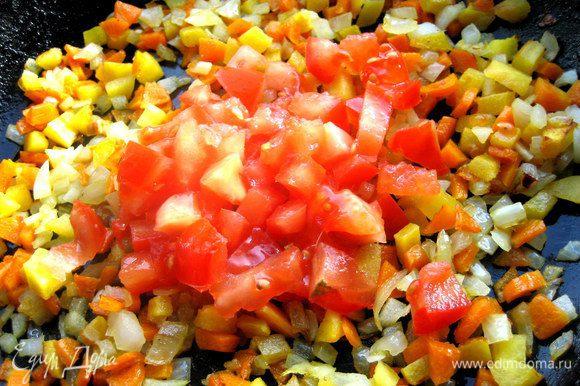 В конце вводим измельчённый помидор,иначе из-за его сока остальные овощи не зарумянятся.