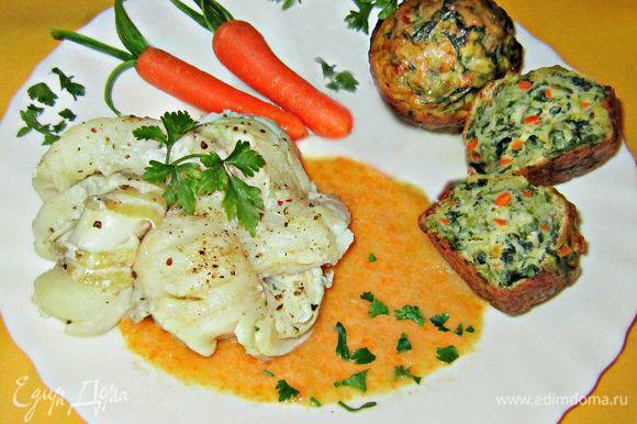 Венки из рыбы и мини-кексы выложить на тарелку, полить соусом и украсить зеленью, морковкой. Наслаждайтесь вкусным и полезным блюдом!!