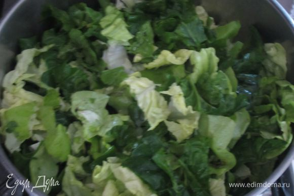 Разогреть в сковороде оливковое масло, выложить салат и шпинат, накрыть крышкой и тушить на среднем огне 10-15 минут. Остудить и хорошо отжать.