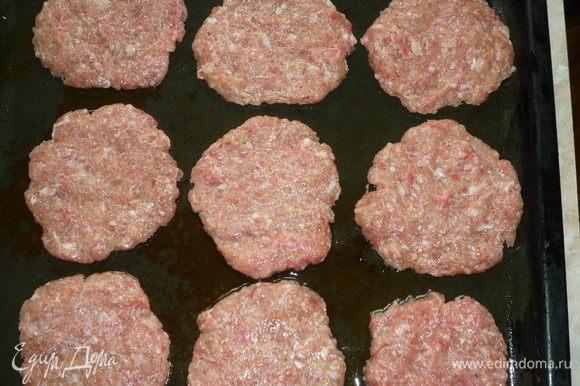 Приготовьте фарш, посолите, поперчите и добавьте 1 луковицу. Выложите лепешки на смазанный противень (диаметр лепешки 10 см).