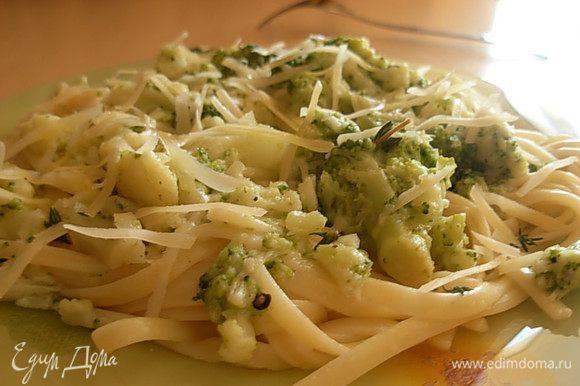 На тарелку выложить тальятелле, сверху соус. Все присыпать сыром и подавать. Приятного аппетита!