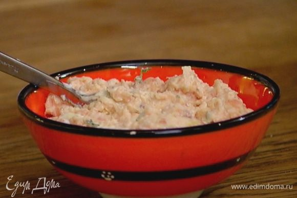 В сливочный крем добавить цедру лимона, листья тимьяна, влить лимонный сок и перемешать.