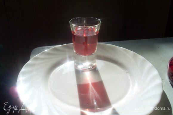 Можно дегустировать. При наливании ягодки остаются в бутылке.