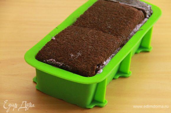 После застывания шоколада можно приступать к сборке торта. Обмазать шоколадный слой чернично-сливочным кремом, выложить верхний корж вниз, затем слой крема, и.д. до окончания всех коржей и крема. Верхним будет нижний корж. Торт поставить в холодильник на 3 часа.