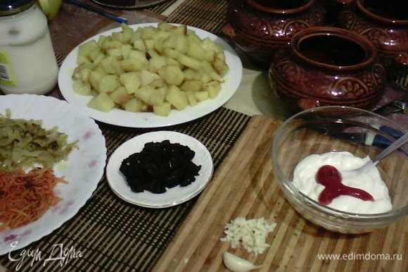 Все овощи обжарить слегка на сливочном масле по отдельности (посыпая, когда жарится луком, морковью, чуть шалфея, хмели-сунели, куркумы) Чернослив порезать соломкой, куриное филе порезать кубиками. Взять 3 зубчика чеснока мелко порезать добавить весь майонез и кетчуп, перемешать до однородности, добавить щепотку кориандра.