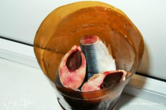 Рыбу сложить в бутылку, в шахматном порядке, залить рассолом, оставить на 1 сутки. Рассол слить, рыбу переложить в пакет и поместить в холодильник на 2 часа. Рыба готова! В двухлитровую бутылку идеально помещается 3 рыбины. Пропорции воды-соли-сахара рассчитаны именно на это количество. После засолки рыбы, бутылку не выбрасывайте, пригодится не раз! Если приготовленную таким образом сельдь нарезать тонкими ломтиками и подморозить в морозилке получится вкуснейшая строганинка!