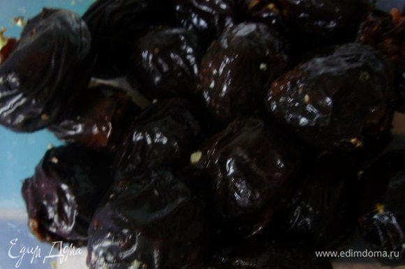 Нафаршировать чернослив грецкими орешками.