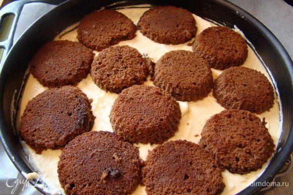 Брать половинки бисквитного печенья, окунать в кофе, выкладывать по всей поверхности торта, сверху покрыть еще 1/3 крема.
