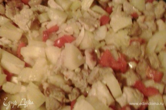 Добавляем кусочки ананаса,порезанный кубиками лук,соевый соус и соус чили. Тушим минут 10.