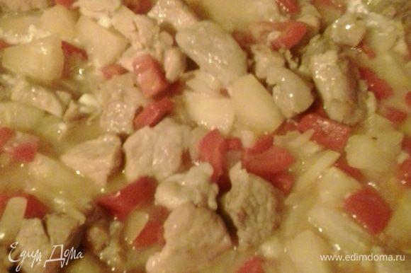 Ананасовый сироп смешиваем с мукой и добавляем к мясу. Тушим минут 5, пока соус не загустеет. На гарнир у меня был приготовлен картофель, запеченный со сливками и пряными травами. Приятного аппетита!!!!