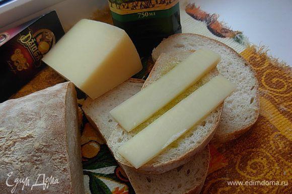 Получается восхитительный хлеб, очень вкусный, с хрустящей корочкой и нежным пористым мякишем. Такой хлеб хорошо сочетается с маслом, как с оливковым, так и со сливочным, с сыром, с вареньем. Приятного аппетита!