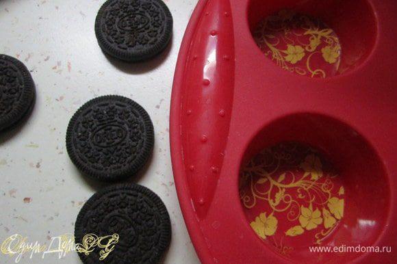 Предварительно подготовить форму для конфет, можно использовать силиконовой формой для выпечки маффинов. Из трансферов вырезать круги, положить из в форму.