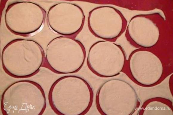 Оставшееся тесто раскатать и с помощью блюдца выдавить кружочки (это будут лепестки розы).