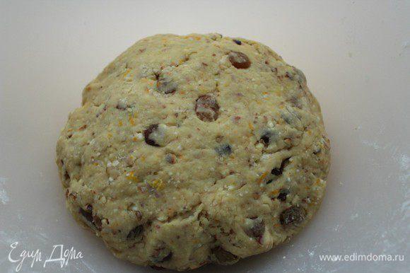 Муку просеять с разрыхлителем, небольшими порциями добавить к основной массе и замесить тесто.