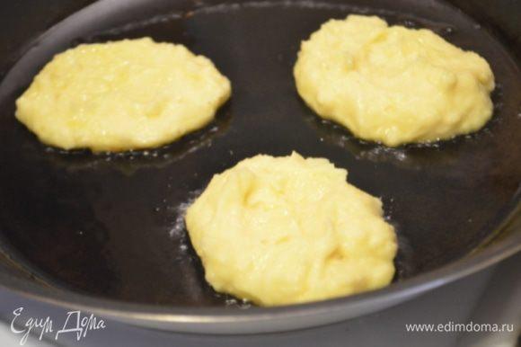 Разогреть на большой сковороде оливковое масло и обжарить с обеих сторон картофельные блинчики.