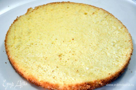 Как только бисквит остынет. Белый бисквит делим на три равные части.