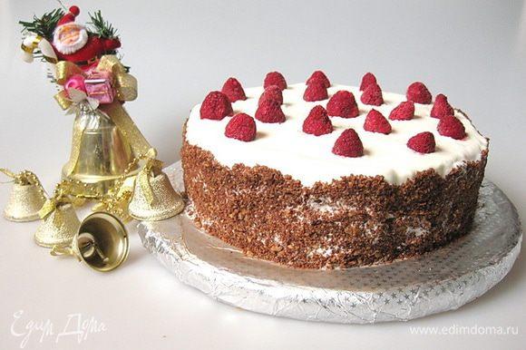 Сверху украсить торт малиной и убрать в холодильник. В результате получаем нежнейший сочный торт с красивым полосатым разрезом. Приятного аппетита!