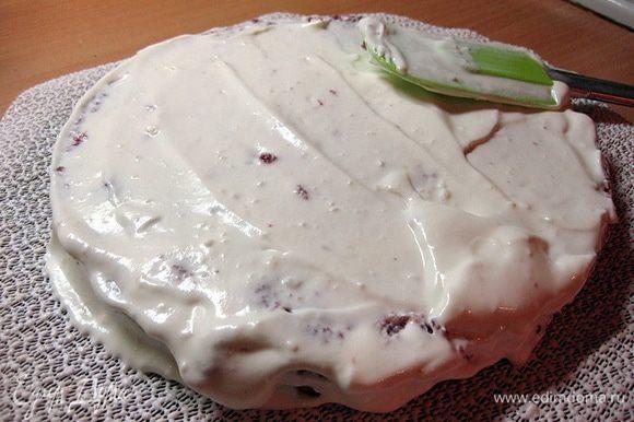На блюдо выложить целую половину бисквита, щедро полить кремом.