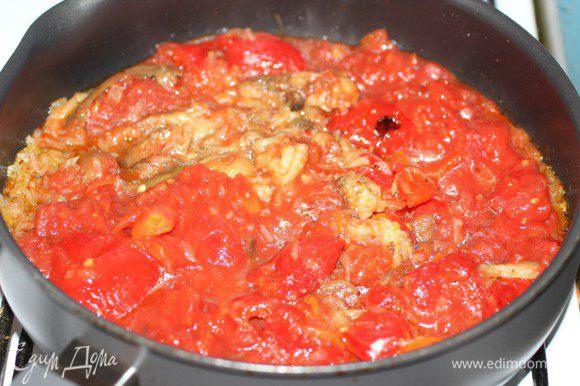 Вторую луковицу и оставшийся чеснок мелко порубить и пассировать на оливковом масле до мягкости. Добавить рубленные помидоры вместе с соком, очищенные и порезанные перцы и баклажаны.