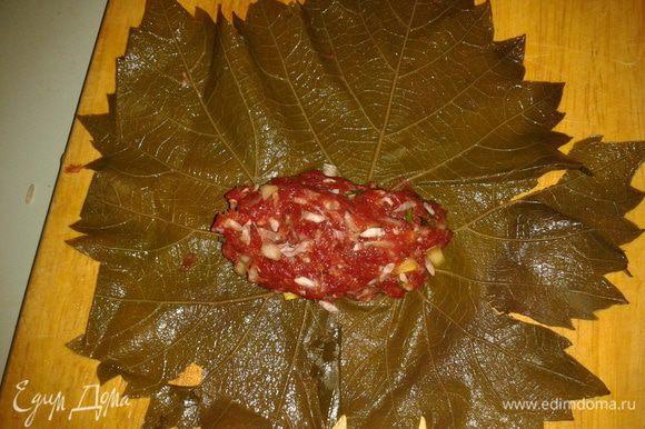 Обрежьте ножки у листьев, положите начинку.