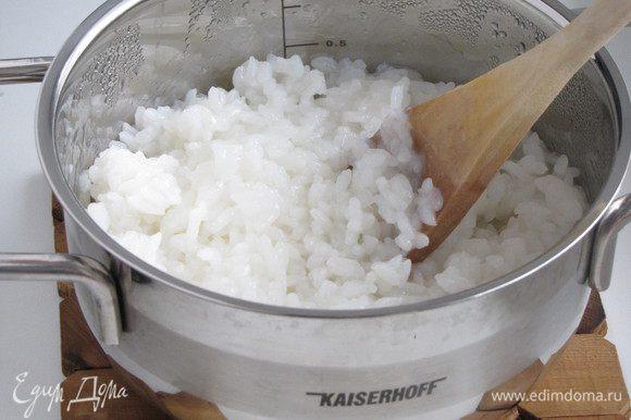 Рис сварить согласно инструкции на упаковке. Обязательно с добавлением рисового уксуса, сахара и соли. Рис остудить.