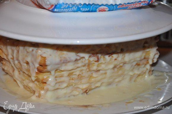Затем положить плоскую тарелку сверху на торт, положить сверху на тарелку какой-нибудь грузик, например, пачку соли и отправить в холодильник, желательно на ночь. Перед употреблением подержать торт при комнатной температуре. Украсьте ягодами или подавайте так. Это очень вкусно. Приятного аппетита!