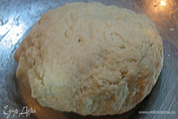 В муку добавим воду и растительное масло. Хорошо вымесить тесто. Растительное масло позволит тесту не прилипать к рукам, оставаясь мягким.