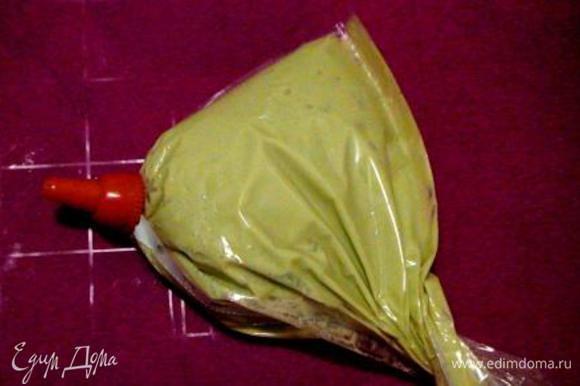 Вбить в тесто по одному 5 яиц, добавить краситель хорошо перемешать. Выложить тесто в кондитерский мешок с насадкой «звездочка» (а лучше в файл – поместится сразу все тесто, насадку использовать необязательно).