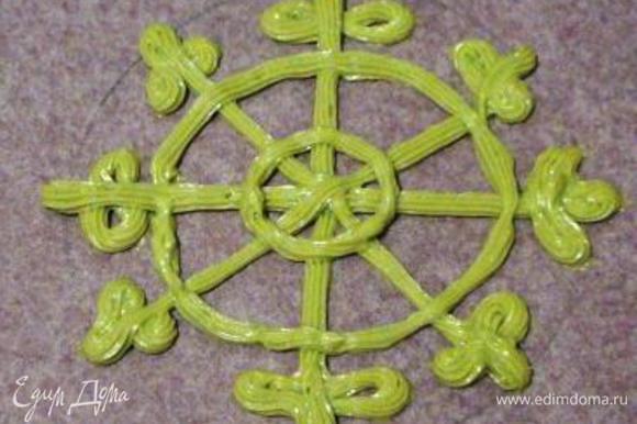 На листе пергамента начертить круг диаметром 24 см и в нем нарисовать снежинку.
