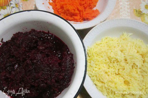 Овощи сварить и охладить в холодильнике 2-3 часа. Это делается для того, чтобы после измельчения они не слипались. Овощи очистить и натереть на мелкой терке. Натёртую свеклу и морковь нужно обязательно отжать.