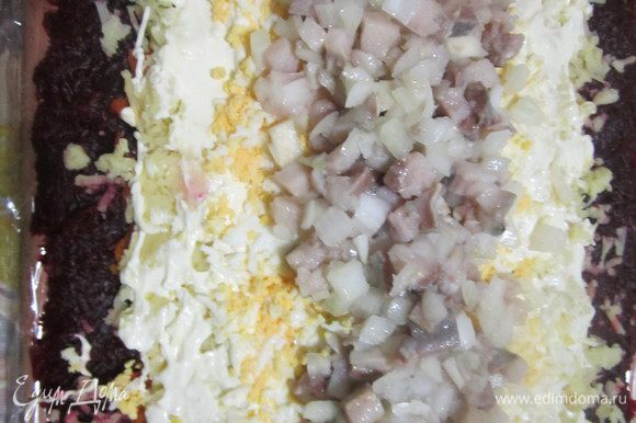 На свеклу выложить слоями морковь, картофель, яйца. Каждый слой нужно немного уплотнить, смазать майонезом (солить или нет – это на ваш вкус, я не солю). И каждый слой должен быть немного уже предыдущего. В центр полоской-горочкой выложить селедку с луком.