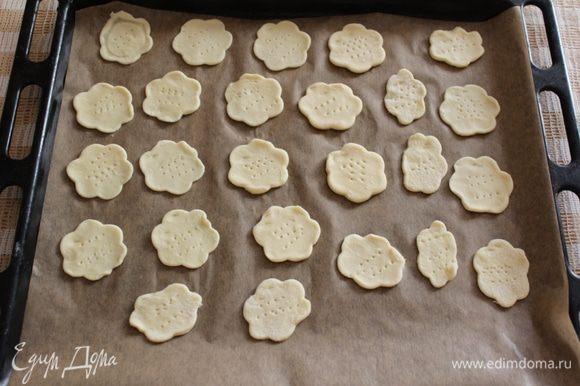 Разогреть духовку до 170 градусов. Раскатать тесто в пласт толщиной 3-4 мм. Формой выдавить канапе ( можно использовать любую форму, у меня - цветок). Выпекать 5-7 минут до золотистого цвета.