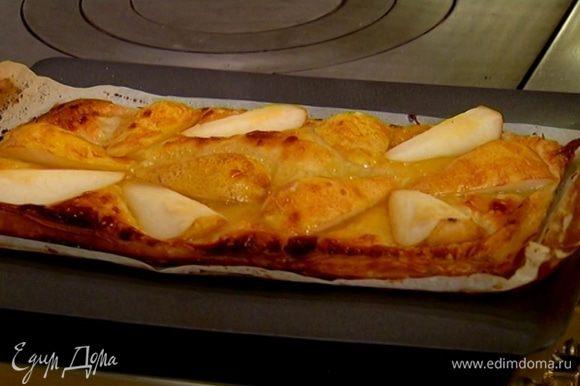Готовый пирог сверху слегка промазать абрикосовой глазурью.