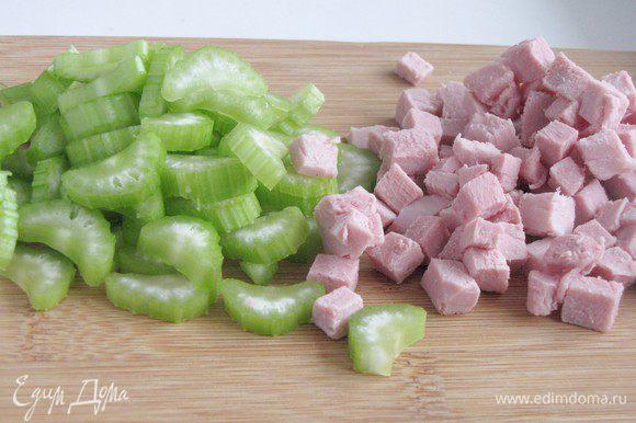 Мясо нарезать мелким кубиком, сельдерей тонкими пластинками.