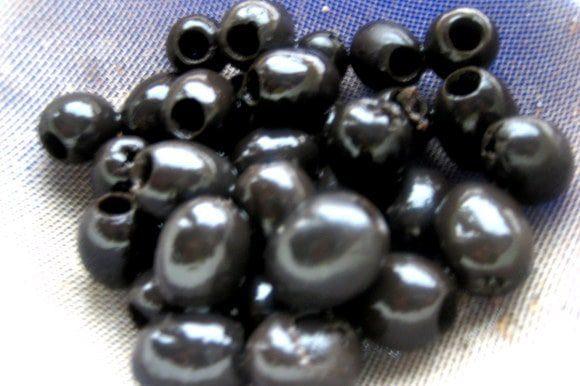 Для первой начинки...оливки откинуть на сито и дать хорошо стечь всей жидкости!