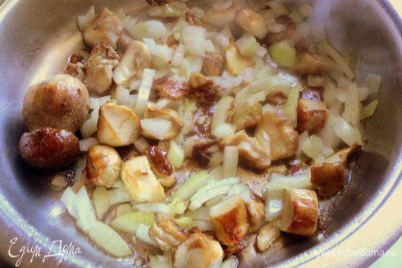 Грибы поджарить на растительном масле вместе с мелко нарезанной луковицей до готовности. Один грибок оставить целым, он нам понадобится для украшения. Посолить по вкусу.