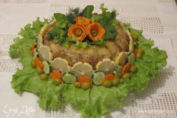 Выложить гречку с грибами. Всю начинку закрыть остальной частью фарша. Слегка примять. Накрыть фольгой. Выпекать в духовке 1,5 часа при 180 С. Охладить, перевернуть, выложить на противень. Посыпать натертым сыром. Запекать 10 минут. Приготовление требует времени, поэтому мясной венок можно приготовить заранее, за 1 день, и поставить в холодильник. А перед самой подачей посыпать тертым сыром и запечь в духовке.