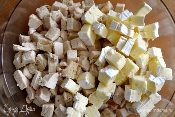 Разогреть духовку до 220°С. Разрезать куриные грудки и сыр камамбер на маленькие кусочки. Положить все в миску.