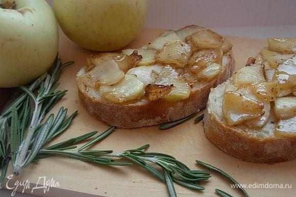 На подготовленные кусочки чиабатты выкладываем яблочные дольки. Подаем сразу же с чаем. Приятного чаепития!