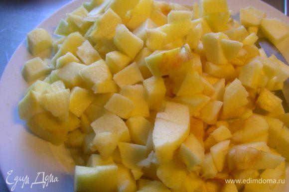 Яблоки чистим, вырезаем сердцевину и режем кубиками.