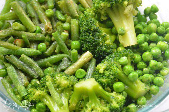 Для приготовления овощного соуса нам понадобятся зелёный горошек, стручковая фасоль, брокколи. В кипящей подсоленной воде проварить овощи пару минут. Переложить их в ледяную воду на 10 секунд, затем слить воду. В подсоленной воде отварить пасту.